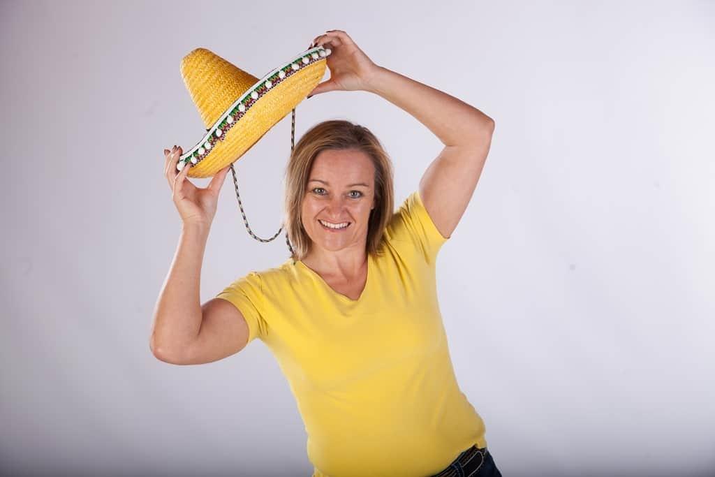 Alexandra im gelben T-Shirt mit gelben mexikanischem Hut