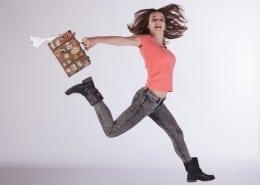 Anna Lena springt mit Koffer in der Hand