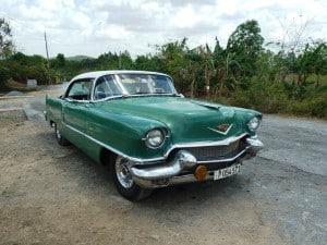 Oldtimer am Rand einer einsamen Strasse in Kuba