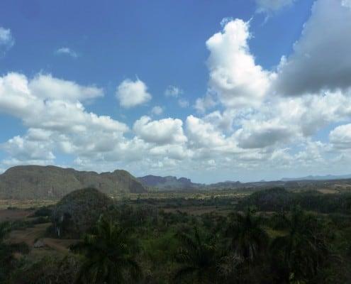 gründe Landschaft mit Hügel im Vinales Tal in Kuba mit kleinen Wolken am Himmel