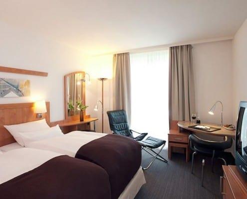 Doppelzimmer mit Fernseher und Schreibtisch im Hotel NH Hamburg Horn