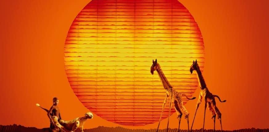 Bühnenbild König der Löwen mit Giraffen und Leopard im Hintergrund die Sonne