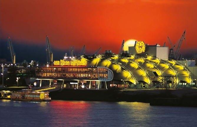 Theater von König der Löwen in Hamburg mit Schiff