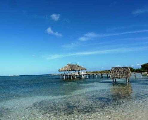 sauberes Meer mit Steg und Hütte über dem Meer in Kuba