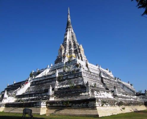 großer Tempel in Thailand mit Sonnenschein